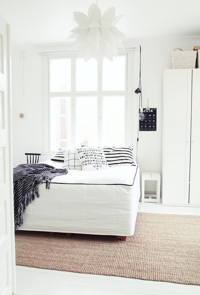 habitación en tonos blancos estilo nórdico