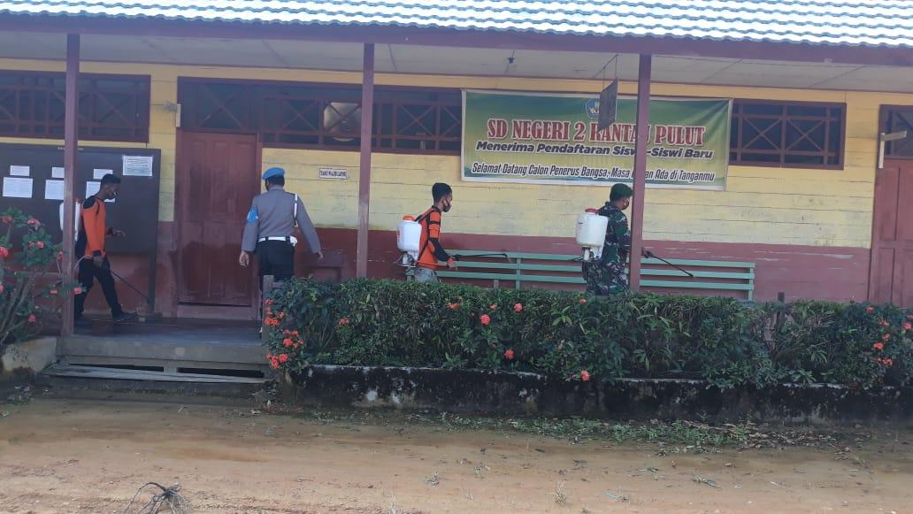Polsek, Koramil dan BPBD Kecamatan Seruyan Tengah Semprot Sekolah dengan Desinfektan