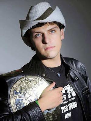 Jhonny Puttini con la cintura di campione TCW