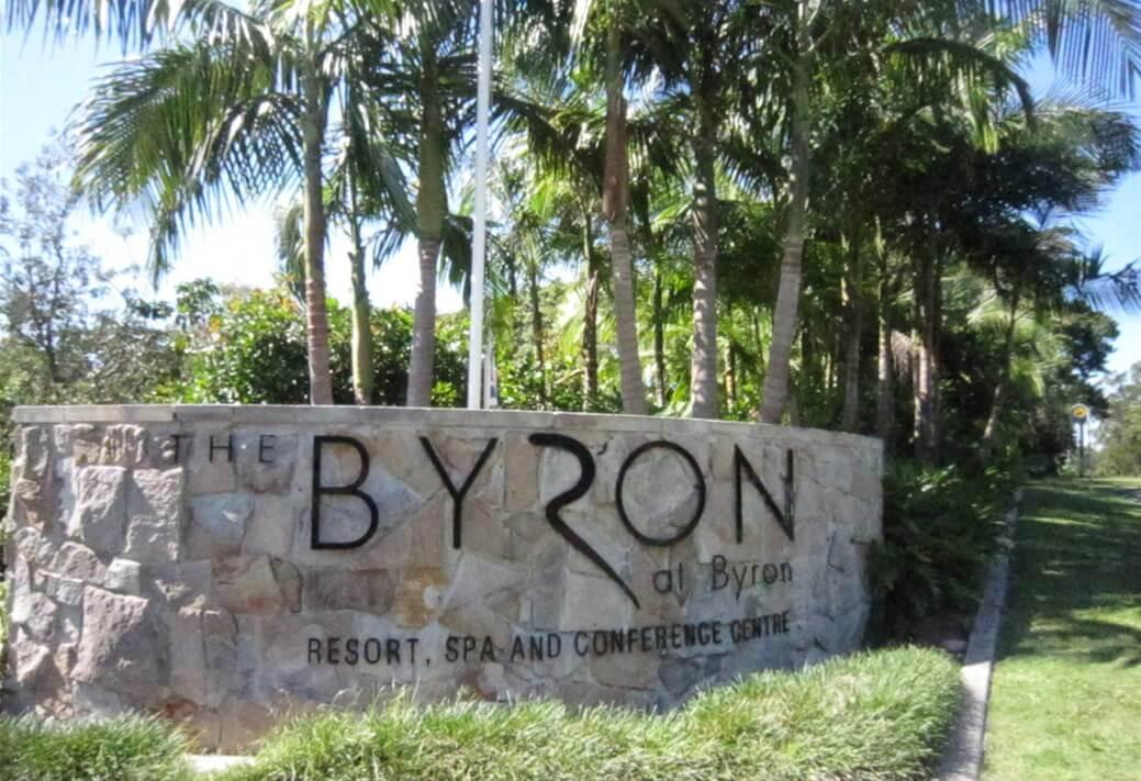 『The Byron at Byron Resort and Spa』のエントランスのサインの写真