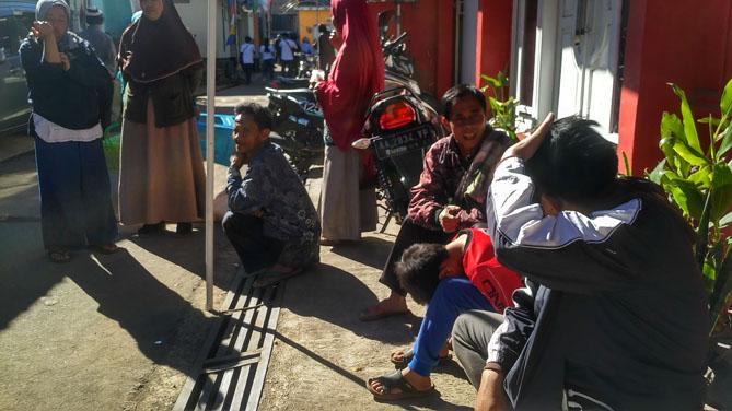 Berbincang dengan masyarakat setempat (Dokumentasi dengan gawai)