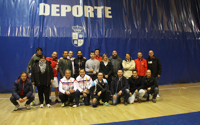 foto de familia de los participantes en el torneo de tenis por parejas. IMAGEN ILLESCAS COMUNICACION