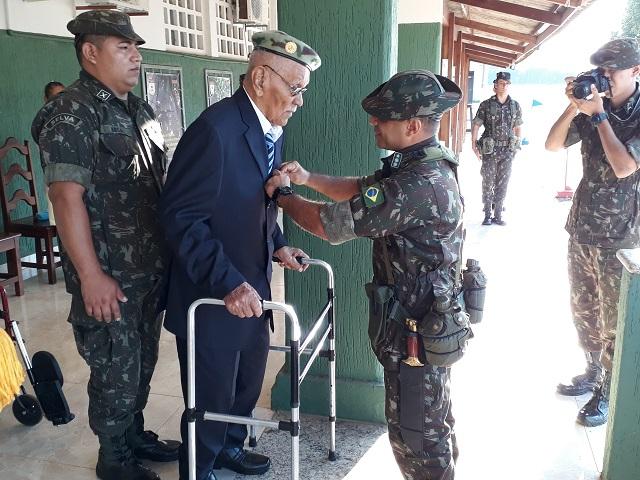 Formatura: 6º BIS entrega Medalha da Vitória a ex-combatente e presta homenagens a militares da ativa