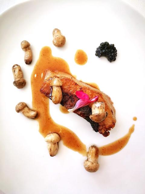 Papada ibérica con perretxikos y caviar