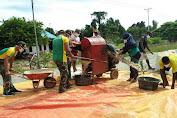 Diperbatasan RI-PNG, Satgas Yonif MR 413 Kostrad Bantu Giling Jagung Warga