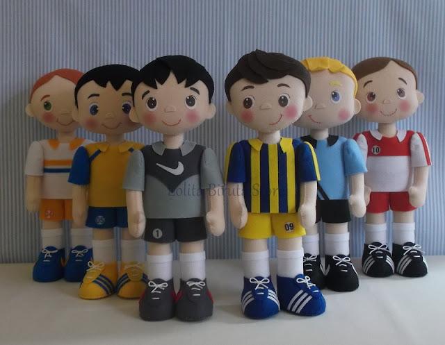 Meninos jogadores de futebol em feltro