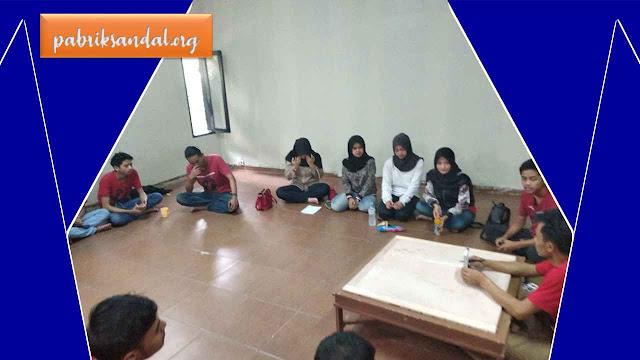 Kegiatan Briefing (Pertemuan) Team GSJ di Pabrik Sandal Murah Garut