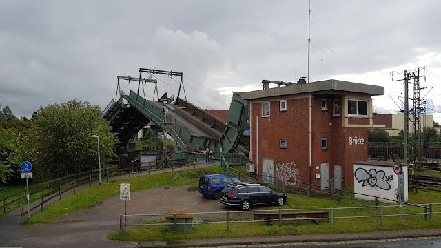 De spoorbrug wordt geopend.