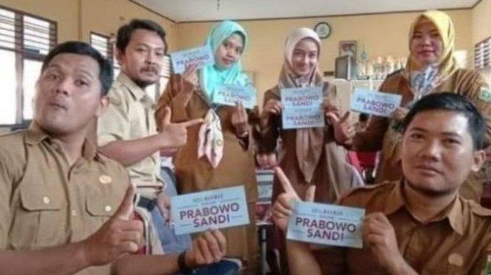 6 Guru Honorer Dipecat Karena Berpose 2 Jari Dengan Stiker Prabowo - Sandi