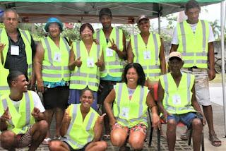 Coletores de materiais recicláveis e guardadores de veículos da Ilha receberam coletes de trabalho na terça 07/01