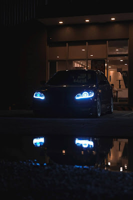 misteriozan-lep-crni-auto-zatamljena-stakla-parkiran-nocu-parking