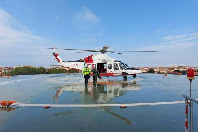 Elicottero Guardia Costiera effettua evacuazione medica da nave mercantile