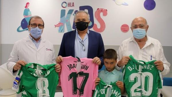 Las camisetas del Betis son convertidas en batas para los niños hospitalizados en la Clínica Santa Isabel
