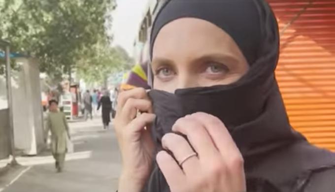Repórter da CNN é abordada sobre rosto descoberto por membro do Talibã