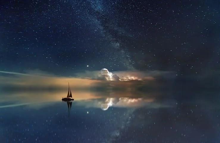 المحيط ، السماء المرصعة بالنجوم ، درب التبانة ، الراحة ، القارب الشراعي ، السفينة ، الماء ، البحر ، السماء ، النجم ، الأزرق
