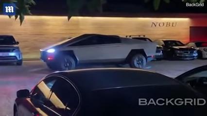 الكاميرا ترصد الون موسك وهو يقود سايبرتروك في شوارع كاليفورنيا