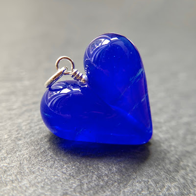Handmade lampwork glass heart bead pendant by Laura Sparling made with CiM 2020.11.17 60203