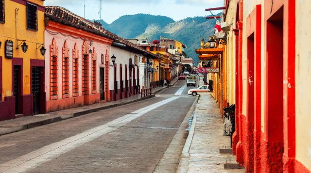 """Calles estrechas, techos de tejas de casas, adoquines pavimentados, pequeños y acogedores cafés, restaurantes, hoteles spa y todo esto está tan armoniosamente integrado en la arquitectura. Y no en vano, porque en 2003 la ciudad de San Cristóbal recibió el título de """"Ciudad Mágica""""."""