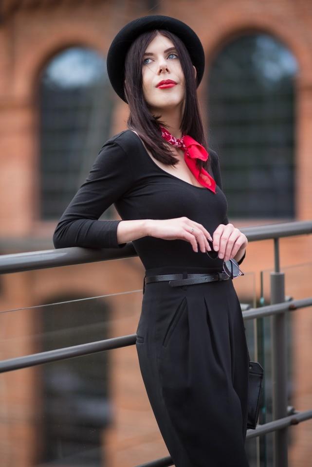 bandamka | bandana | jak nosić bandamkę | stylizacja z bandamką | styl androgyniczny | stylizacja z melonikiem | elegancka stylizacja z kapeluszem | total black look | blog o modzie | blog modowy | blog szafiarski | Manufaktura