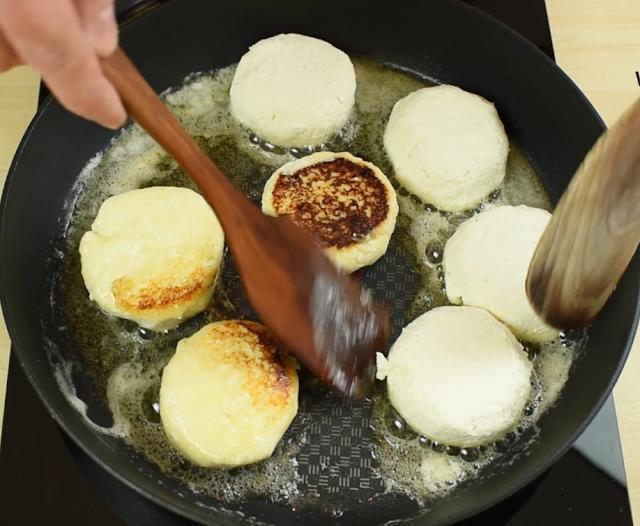 frying the Syrniki pancakes