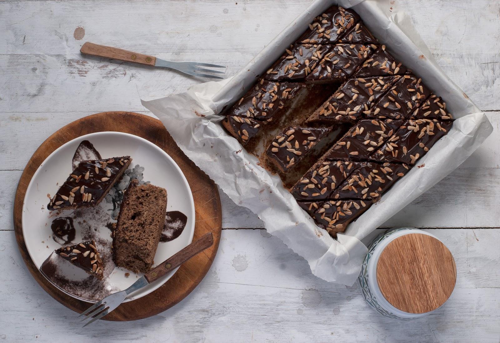 Ciasto chałwowe bezglutenowe z polewą czekoladową