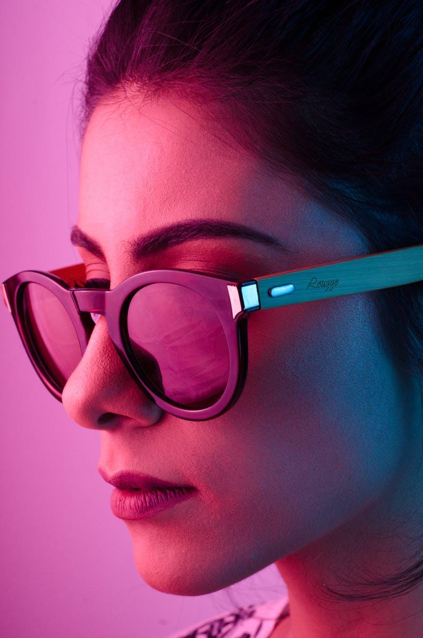 Renk Efektli Gözlüklü Kız