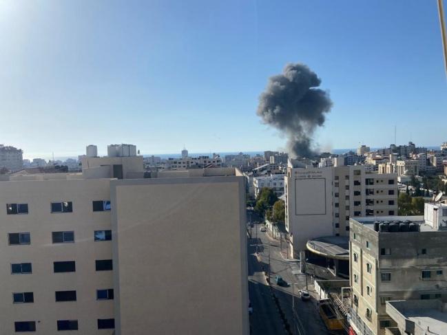 قصفت طائرة الاحتلال مجمع الأنصار الحكومي وبنك الإنتاج