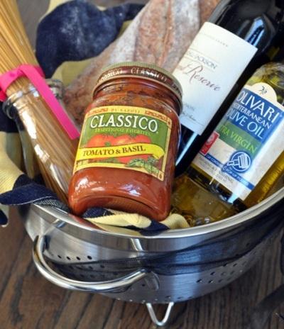 Pasta Nigh Gift Basket ini. Berisi pasta, dan bahan-bahan yang dibutuhkan untuk membuat pasta.
