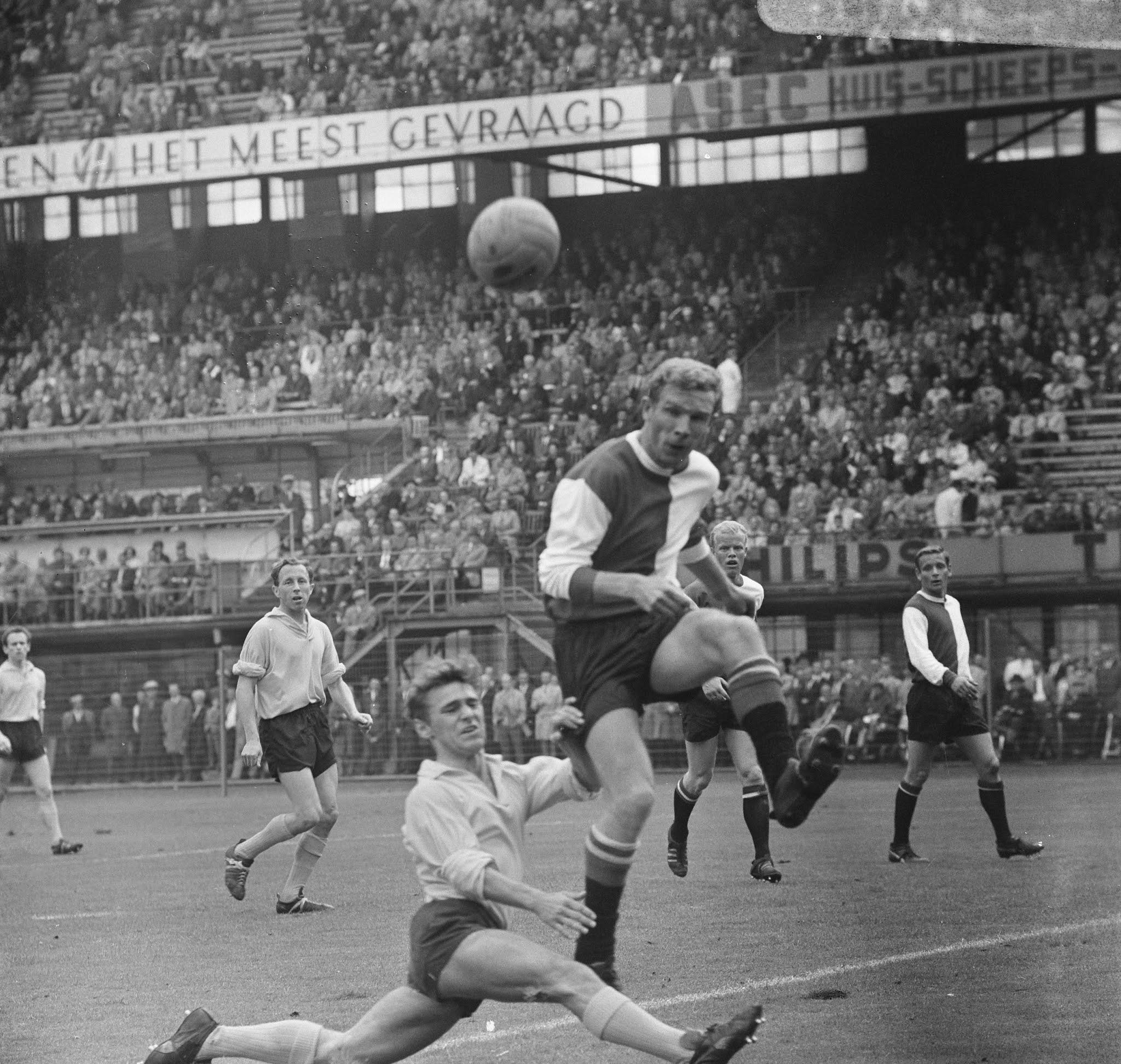 Hans Kraay (Feyenoord) in actie tegen DOS