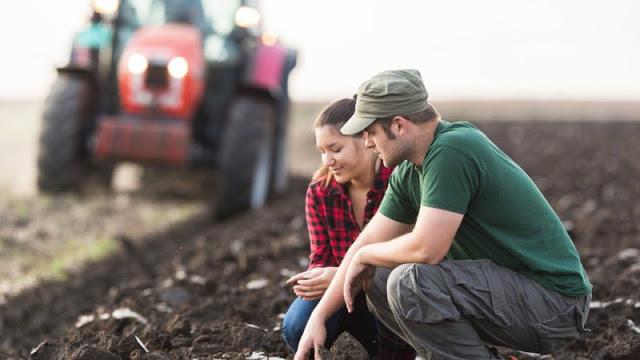 Θα πριμοδοτούνται όσοι αγρότες μεταβιβάσουν μόνιμα την εκμετάλλευσή τους σε νεαρούς αγρότες