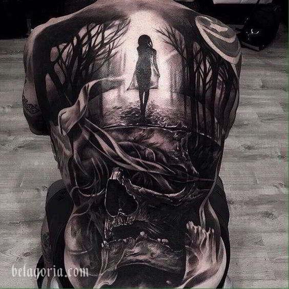 Tatuaje a tamaño completo en la espalda