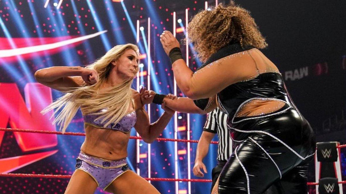 """Falta de comunicação foi a principal razão dos """"botches"""" na recente luta entre Charlotte Flair e Nia Jax"""