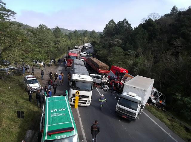 Sete ficam feridos em batida entre 10 veículos em congestionamento formado após acidente com ônibus de time de futsal
