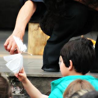 Nelson, do Grupo Só Rindo, Presenteia as Crianças, com o Anjo, ao Fim do Espetáculo - Bonecos Canela 2016
