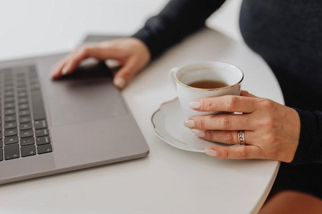 persona-trabajando-online