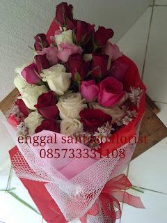 rangkaian buket bunga tangan mawar mix model berdiri besar