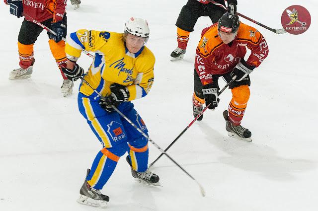 Divi hokejisti cīnās par pozīcijām uz laukuma