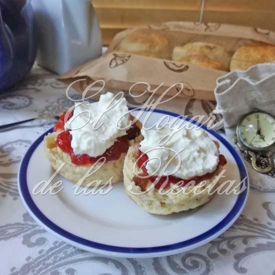 Scones acompañados de mermelada de fresa y clotted cream