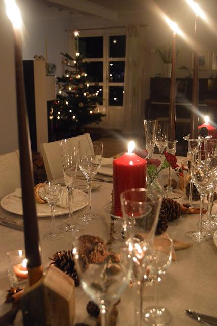 Dekket julebord og et pyntet hjem julaften