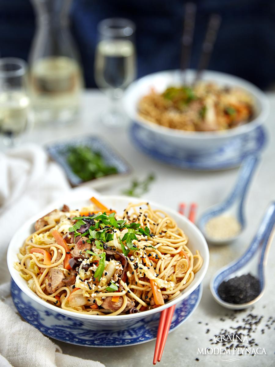stir fry z indykiem, stir fry z mięsem i warzywami, chińszczyzna z indykiem, chińszczyzna z warzywami, grzybki mum, makaron chiński, potrawa z makaronem, makaron z warzywami, szybki obiad, kraina miodem płynąca