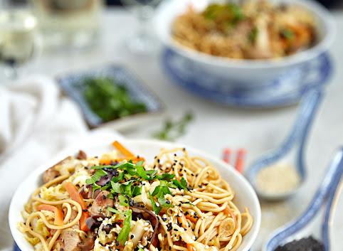 Stir-fry z indykiem, kapustą pekińską, marchewką i grzybkami mun