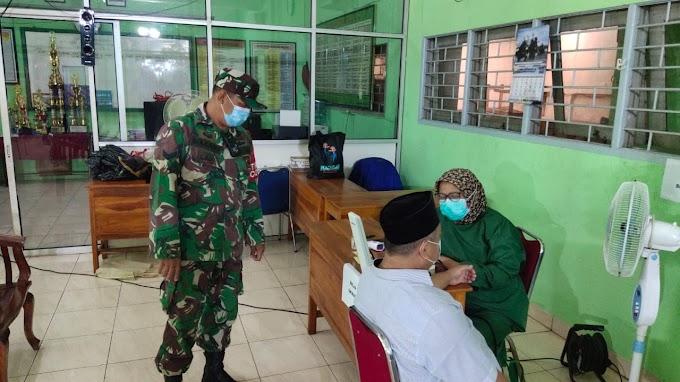 Warga Lansia Cengkareng ikut Vaksinasi Covid-19 dengan Pengaman Babinsa Koramil 04/CK Kodim 0503/JB