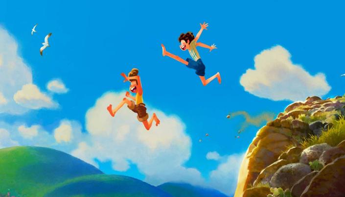 Imagem: ilustração do filme da Pixar com um céu de verão bem azul, com gaivotas voando, morros verdejantes e dois garotos, um loiro com roupas amarelas e marrons e um garoto de cabelos pretos em uma camisa amarela com shorts azuis pulando de um morro para um oceano.