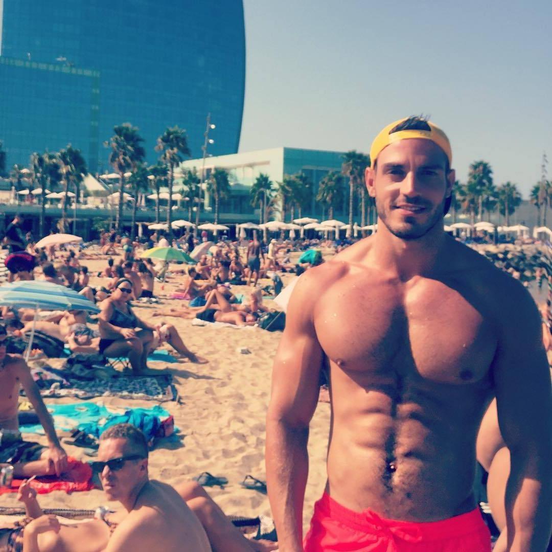 adorable-shirtless-beach-dude-lluis-tura-smiling