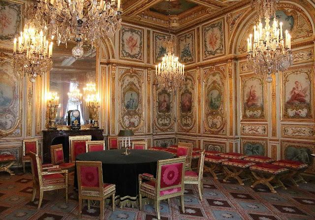 Salão do Conselho em Fontainebleau muros estilo Luís XV, cadeiras estilo napoleônico.
