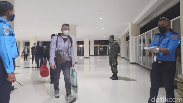 Pakai Pesawat Carter, Gelombang Pertama TKA China Tiba di Bandara Kendari Dijaga Aparat