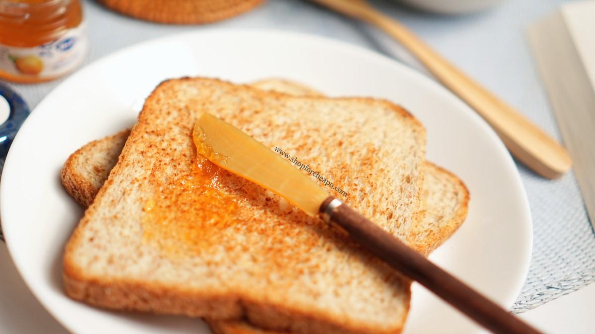 meratakan selai di roti dengan pisau