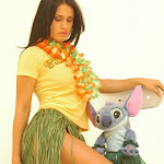 Andrea Rincon, Selena Spice Galeria 13: Hawaiana Camiseta Amarilla Foto 6