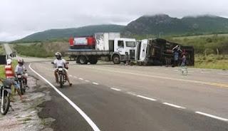 Caminhão tomba em Dom Basílio