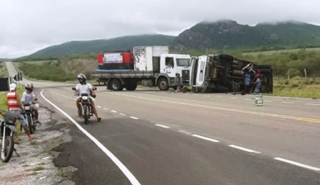 Motorista perde o controle da direção e caminhão tomba em Dom Basílio